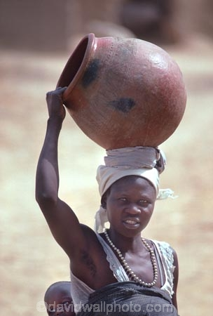 africa;african;africans;black;ethnic;people;person;persons;mother;portrait;portraits;culture;cultural;cultures;tribe;tribes;tribal;indigenous;native;woman;cameroun;camerouns;cameroon;cameroons;pot;clay-pot;head;carry;carrying;heavy;baby;babies;lady;earthenware;earthen