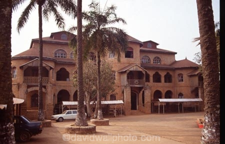 camerouns;cameroon;cameroons;cameroun;West-Africa;africa;african;Sultans-;Sultan;fon-fons;Palace;palaces;Foumban;architecture;architectural;fort;forts;historic;historical;entrance;entranceway;door;doorway;courtyard;courtyards;camerounian;cameroonian