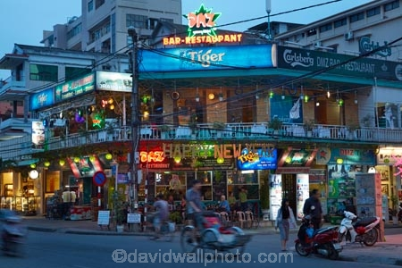 Asian;bar;bars;cafe;cafes;coffee-shop;coffee-shops;dark;diner;diners;dining;dining-out;DMZ;DMZ-bar;DMZ-bar-and-restaurant;DMZ-restaurant;dusk;evening;Hu;Hue;light;lighting;lights;night;night-time;night_time;North-Central-Coast;people;person;restaurant;restaurants;street;street-scene;street-scenes;streets;Tha-Thiên_Hu-Province;Thua-Thien_Hue-Province;twilight;Vietnam;Vietnamese;Asia