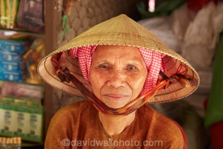 Asia;Asian;Asian-conical-hat;Asian-conical-hats;Can-Duoc;Can-Duoc-Market;commerce;commercial;conical-hat;conical-hats;farmer-market;farmer-markets;farmers-market;farmers-markets;farmers-market;farmers-markets;female;females;food-market;food-markets;food-stall;food-stalls;lady;leaf-hat;leaf-hats;Long-An-Province,;market;market-day;market-days;market-place;market_place;marketplace;markets;Mekong-Delta;Mekong-Delta-Region;non-la;nón-lá;palm_leaf-conical-hat;people;person;produce;produce-market;produce-markets;retail;retailer;retailers;shop;shopping;shops;South-East-Asia;Southeast-Asia;stall;stalls;steet-scene;street-scenes;Vietnam;Vietnamese;Vietnamese-conical-hat;Vietnamese-conical-hats;Vietnamese-hat;Vietnamese-hats;Vietnamese-symbol;woman;women;worker;workers