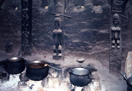 dogon;dogons;sahel;tradition;traditional;traditions;culture;cultures;cultural;people;peoples;mud-hut;tribal;tribe;african;villages;tellem;mali-;malian;africa;african;sahel;bandiagara;west-africa;architecture;architectural;madougou;cafe;cafes;cook;cooks;cooking;pot;pots;mud-huts;carving;carvings;gods;anamist;anamists;fire;fires;heat;soot;open-fire;flame;flames;coal;coals;hot;food