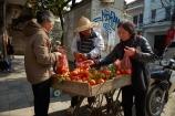 Asia;Asian;fresh-produce;fruit;Hanoi;hawker;hawkers;Old-Quarter;orange;oranges;produce;South-East-Asia;Southeast-Asia;street;street-scene;street-scenes;street-vendor;street-vendors;streets;vendor;vendors;Vietnam;Vietnamese